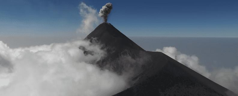 un volcan a vista de drone