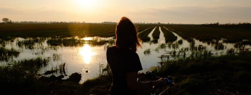 mujer en bicicleta en el delta del ebro